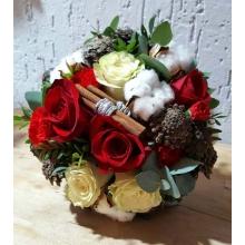 Букет невесты на собственных стеблях из роз, хлопка, красной мини-гвоздики, эвкалипта, корицы, шишек с атласной лентой.