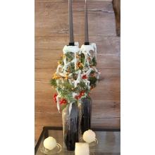 Канделябры с транпарентным каркасом из гипса с декоративными шарами в воскированных винных бутылках. Состав: пихта, илекс. Высота от 60 см.