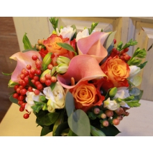 Букет невесты на собственных стеблях из персиковых калл, роз, кустовых роз, персикового гиперикума, калины, фрезии, альстромерии, эвкалипта, рускуса с лентой.
