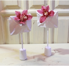 Пара орхидей в конвертах из гипса на подставках.