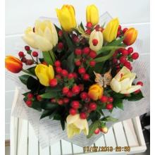 Букет из 15 разноцветных тюльпанов с ягодами красного гиперикума, зелени, декоративными божьими коровками в фетре.