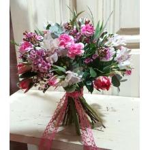 Букет , альстромерии, лилового восковника, с красивой флористический лентой.