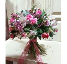 Букет из сортовых бело-розовых тюльпанов, альстромерии, лилового восковника, кустовой гвоздики, эвкалипта популюс и ценерея, другой экзотической зелени с красивой флористический лентой.