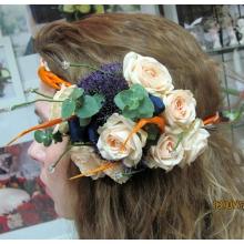 цветы стрелиции, кустовая роза, трахелиум, эвкалипт, ленты, проволока.
