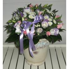 Ваза 25 см. Состав: эустома, кустовая роза, хризантема баккардия, хризантема сталион, зелень, атласная лента.