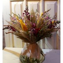 Большой букет из экзотических цветов. Состав: кортадерия, целлозия, антириниум, крокосмия с ягодами с широкой кружевной лентой. Диаметр букета от 60 см.