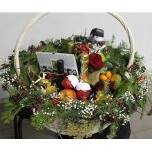 Большая поздравительная корзина цветов и подарков. Цветочные состав: бутоньерка из розы, хризантемы, альстромерии, гипсофиллы, зелени, пихты. Оформление корзины: ветки, пихта, гирлянды из ягод илекса, гипсофиллы, шишек....