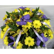 Букет из желтой кустовой хризантемы, цветов орхидеи ванды, альстромерии, зелени с атласными лентами в тон орхидее в натуральной упаковке из сизаля с лентами.