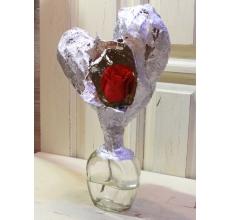 Настрольная стеклянная ваза со стилизованным сердцем из гипса и с красной розой.