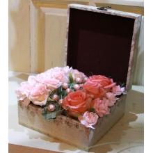 Шкатулка с живыми цветами. Состав: розы, кустовые розы, гвоздики, кустовые гвоздики, т-грас, крупные бусы.