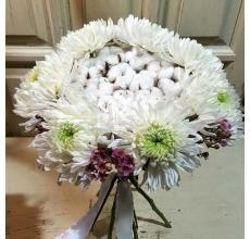 Нежный зимний букет на каркасе из хлопка с крупной сортовой хризантемой и восковником.