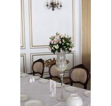 Настольные композиции для гостей в высоких вазах. Композиция на стол жениха и невесты.