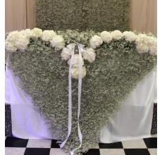 Задний план - ковер из гипсофиллы 3 метра на 2 метра. Передний план - сердце из гипсофиллы и белой гортензии 1,3 метра на 2 метра.