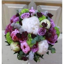 Букет невесты из белых и лиловых пионов, роз, калины, стахиса, астранции, эвкалипта на собственных стеблях.