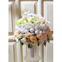 Букет невесты на портбукетнице. Состав: розы, кустовые розы, эустома, бусины, стабилизированные одуванчики, орхидеи дендробиум, стахис.