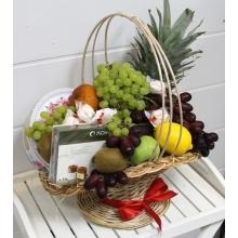 Состав: яблоки, груши, киви, ананас, виноград, лимон, апельсины, коробка конфет Комильфо, печенье в металлической банке.