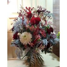 Высокий букет с декоративными элементами из ткани. Состав: одноголовая хризантема, розы, темно-бордовая гвоздика бургунди, восковник, илекс, альстромерия, лимониум, аспарагус, эвкалипт, в связке золотой шнур.