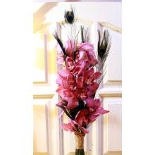 Высокий букет из целой ветки орхидеи с перьями павлина и ручкой из золотого шнура.