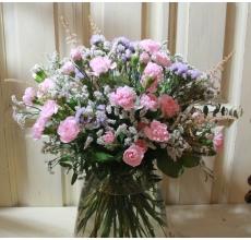 Нежный и легкий букет из летней астильбы, кустовой розовой гвоздики, лимониума, статицы, салала, эвкалипта с флористической армированной лентой в связке.