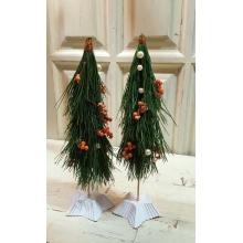 Настольные елочки их кедровых веточек с украшениями из бус и ягод илекса на гипсовой подставке в форме звезды.