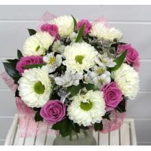 Букет из одноголовой хризантемы с розовой розой сорта Аква, альстромерии, лимониума, зеленью, в натуральной упаковке из сизаля с лентами.