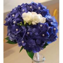 Цветок гортензии с цветком орхидеи с бусинками и атласной лентой.
