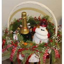Средняя поздравительная корзина цветов и подарков. Оформление корзины: ветки, пихта, ветки пихты, гирлянды из ягод илекса, гипсофиллы, новогодних игрушек, флористические ленты.