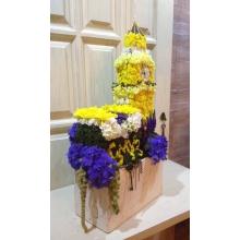 Композиция с керамическом кашпо. Состав: кустовая хризантема, гвоздика, кустовая гвоздика, вероника, гортензия, амарант, бруния, декоративные элементы. Высота 75-85 см.