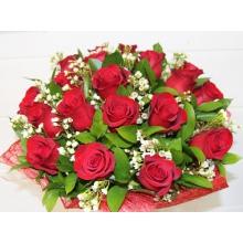 Букет из 25 красных роз с ветками восковника и зеленью в натуральной упаковке с лентами