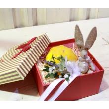 Пасхальный подарок в коробочке. Зайка ручной работы из натуральных тканей, свеча ручной работы в форме шкатулки, бутоньерка из цветов и веточек с атласной лентой.