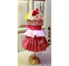 Флористический объект - настольная композиция из разноцветного кружева на подставке. Состав: кустовая роза, альстромерия, кустовая гвоздика белая и розовая, фисташковая гвоздика, лаванда.