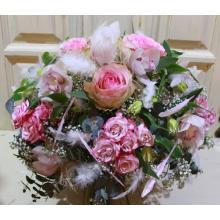 Букет из лиловых орхидей цимбидиум, роз, кустовых роз, альстромерий, гипсофиллы, эвкалипта, перьев розовых и белых с большим атласным бантом. Диаметр 50-55 см