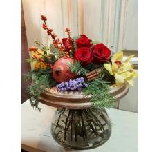 Букет на праздничном декоративном каркасе. Состав фруктов: гранат, мандарины. Цветы: розы, илекс, статица, орхидеи, пихта, эвкалипт, корица.