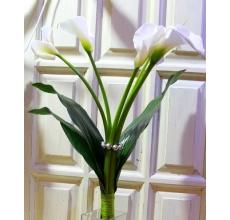 Букет из 5 высоких белых калл (Эваланч) с листьями аспидистры.