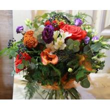 Осенний яркий букет из оранжевых роз, целлозии, калл, ягод калины, эустомы, эвкалипты, аспарагуса, зелени в натуральной упаковке из сизаля с лентами.