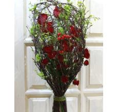 Букет на декоративном флористическом каркасе из веток березы в форме кубка. Состав: розы, кустовые розы, калина (вибурнум), гиперикум, зелень, ленты.