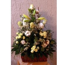 Хлопок, белые розы, скиммия,восковник, кустовая роза, лилия, туя, зелень.