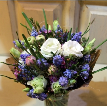 Ароматный весенний мини-букет из мускари, кустовой хризантемы или эустомы, восковника, зелени в упаковке. Диаметр: 15 - 20 см. Высота 20 см.