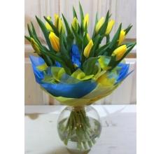 Букет из 15 желтых тюльпанов с разноцветными флажками в упаковке из фетра с атласной лентой