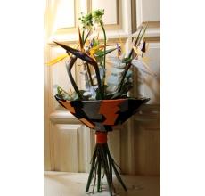 Букет на каркасе из разноцветного войлока в форме геометрических фигур. Состав: 5 стрелиций, 2 орнитогалума, эвкалипт, широкая лента в связке.
