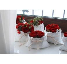 Настольное украшение. Мешочек с кустовыми розами, пихтой, шишками, конфетами ферреро, илексом станет приятным милым подарком, чтобы зимний день стал теплее и вкуснее.