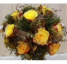 Букет из 9 крупных желтых роз, веток черники, корилуса, золотого рускуса, армированной золотой ленты с большим декоративным бантом.