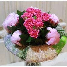 Букет из пионов и кустовой розы с зеленью на каркасе ручной работы