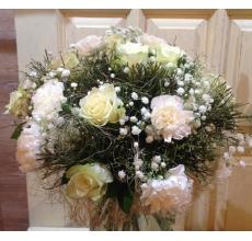 Букет из белых роз, белых гвоздик, гипсофиллы, сизаля, веток черники, рускуса в натуральной упаковке из сизаля с лентами.