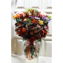 Букет осенних цветов на нарядном каркасе из шишек, физалиса, сухоцветов, рябины. Состав: розы, анигозантос, картамус, орнитогалум, статица, ирингиум, скимия, зелень.
