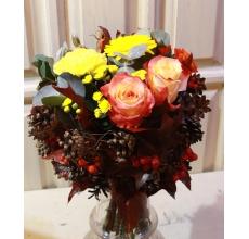 Букет на каркасе из шишек, листьев дуба, рябины. Состав букета: розы, мини-гербера, гвоздика, хризантема, голландский шиповник, кустовая роза, эвкалипт, зелень.