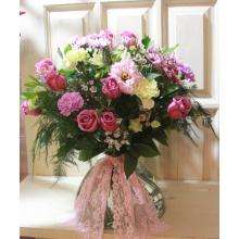 Большой букет из 11 лиловых роз, кустовой хризантемы, эустомы, сиреневой и фисташковой гвоздики, альстромерии, восковника, аспарагуса, зелень с широким кружевом в связке.