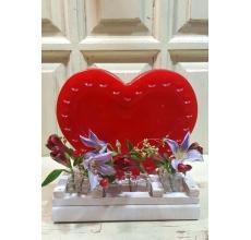Большая свеча ручной работы в форме сердца в деревянной доставке с мини-вазочками для цветов. Цветочный состав: клематис, гиперикум, альстромерия, веточки эвкалипта. Высота 25 см. Ширина 25 см.