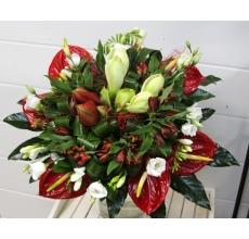 Большой букет экзотических цветов. Состав: амариллисы, антуриумы, фрезия, эустома, зелень с атласными лентами.