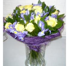 Большой букет из желтых роз с ирисами.